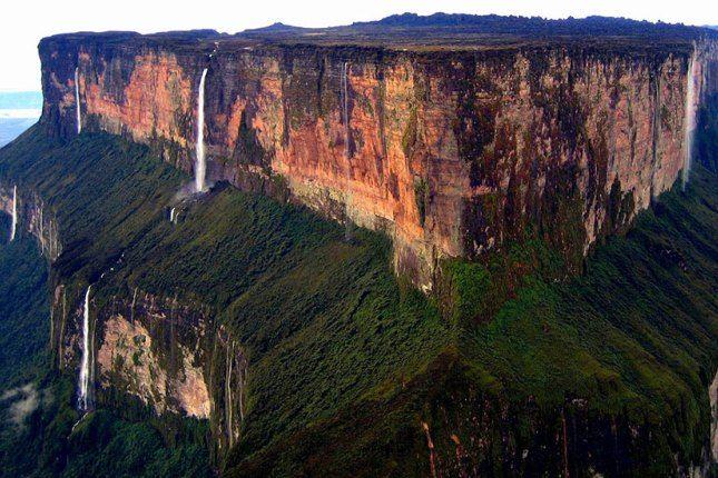 Гора Рорайма расположена в Южной Америка на стыке Бразилии, Венесуэлы и Гайны. Высокой гору назвать нельзя - 2 тысячи 700 метров, зато ее вершиной является красивейшее плато площадью около 34 квадратных километров. Над Рораймой постоянно висит большое облако, а отчеты об экспедиции в район горы вдохновили Артура Конан Дойля на написание знаменитого романа «Затерянный мир».