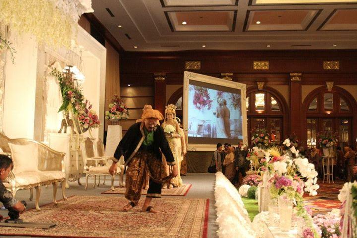 """Pada pesta pernikahan adat Sunda, pasangan pengantin dan rombongan akan disambut Mang Lengser. Mang Lengser ini akan """"membuka"""" jalan bagi pasangan pengantin menuju pelaminan."""