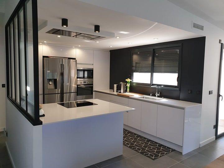 Cuisine Blanche Ouverte Avec Ilot Hotte De Plafond Cuisines Design Amenagement Cuisine Ouverte Plafond Cuisine