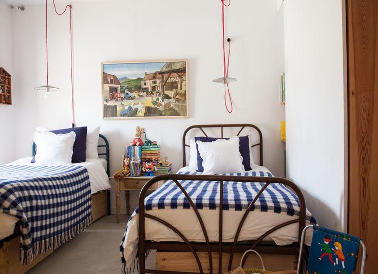 Chez la créatrice de The Animal Observatory, la chambre d'enfant a des allures de dortoir familial. De quoi nous évoquer de doux prémices d'été.