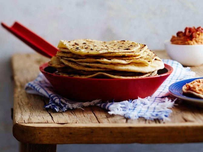 Paistinpannulla paistettaviin lättänäleipiin tarvitset vain jauhoja, suolaa ja vettä. Leivät maistuvat taivaallisilta vaikkapa hummuksen kera.