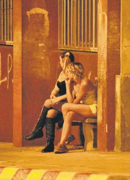"""PELIGROSA TRATA DE PERSONAS en Paysandú – historia, testimonios, documento judicial, videos y fotos  El """"Zorro"""" comenzó a armar su organización a fines de la década de los 90. Su comienzo fue incipiente: un par de meretrices que trabajaban para él a poca distancia del puente Paysandú-Colón. Con el correr del tiempo fue creciendo y """"colocaba"""" prostitutas en distintos prostíbulos sin el conocimiento de sus dueños."""