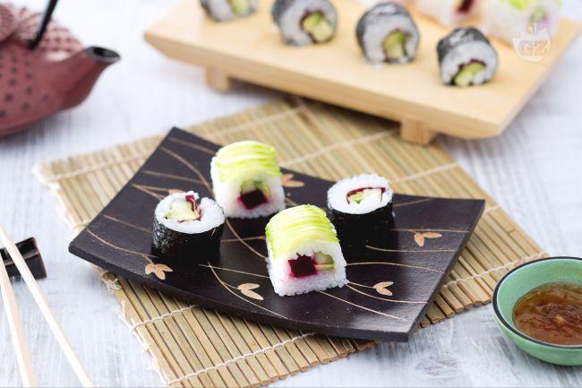Il sushi vegetariano è una versione senza pesce del famoso sushi giapponese, qui ripieno di cetriolo, barbabietola, radicchio e avocado!
