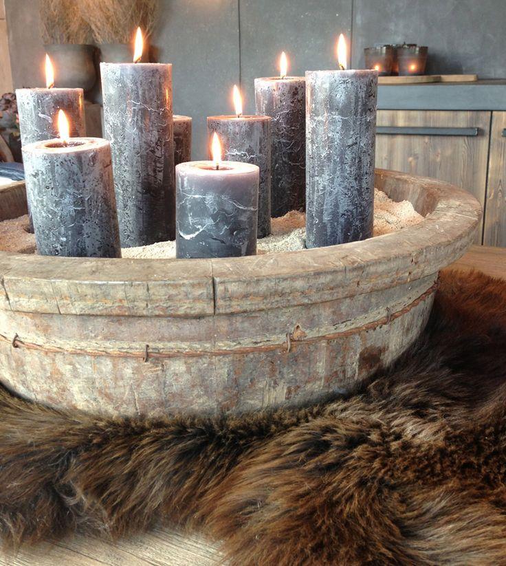houten kuip, evt ander materiaal en die bewerken.(greywash) rustieke zwarte/donkergrijze kaarsen erin met zand