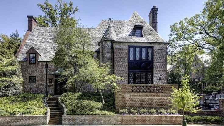 #REALnews El presidente #BarackObama alquilará una casa en el barrio de #Kalorama en #WashingtonDC cuando deje la #CasaBlanca el próximo año. Es propiedad de #JoeLockhart, quien se desempeñó como secretario de prensa de la #CasaBlanca durante el gobierno de #BillClinton. La casa fue construida en 1928 y cuenta con nueve habitaciones y ocho baños y medio. Fue vendida en 2014 por más de 5 millones de dólares. #ConectandoEstiloDeVida #LaCasaBlanca #TheWhiteHouse #CNNE