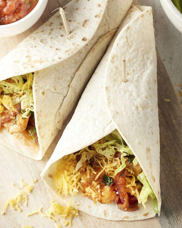 Fajita is een populair gerecht uit de Mexicaanse keuken. 'Fajita' staat voor reepjes, hier lekker kruidige kippenreepjes, geserveerd in een warme tortilla.