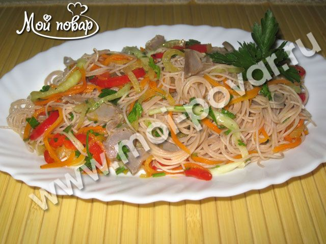 Фунчоза с овощами и куриными желудочками
