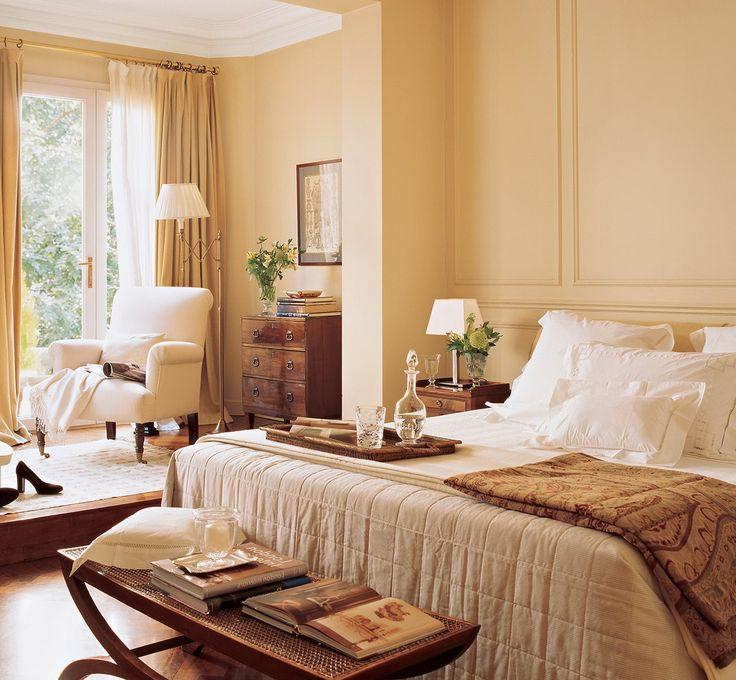 ¿Tu dormitorio tiene muebles oscuros? El blanco será tu aliado.Dáselo a todos los textiles: cortinas, cama, lámparas... La combinación mueble oscuro-tela clara funciona para crear luminosidad y con ella ganar amplitud. Dale color a las paredes –cálido, sobre todo– y conseguirás resaltar la luz del blanco. Y pinta el techo de blanco para que bañe el espacio con su claridad.