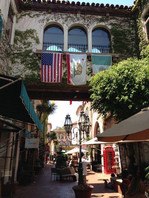 サンタバーバラの小道とパティオを歩く1 ラ・アーケード La Arcada California Architecture Santa Barbara
