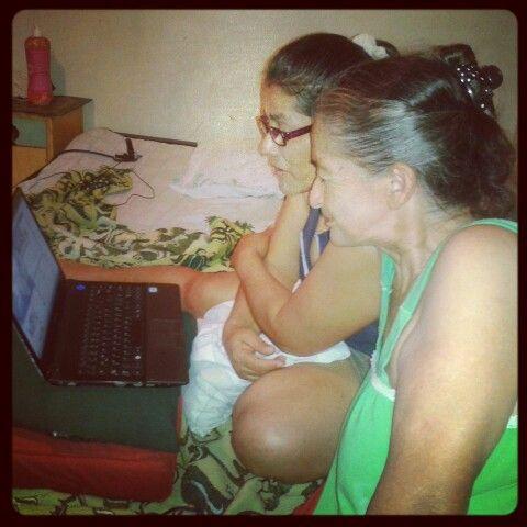 Mama y mi abuela Chateando! ;)