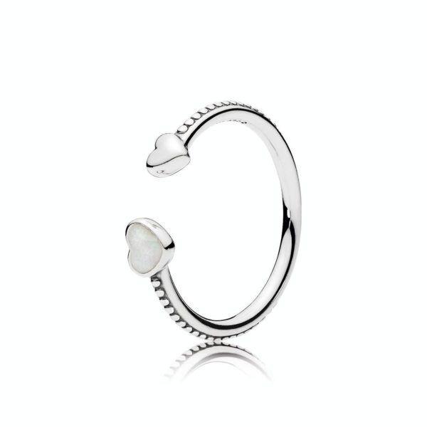 Pierścionek ze srebra, lśniąca srebrna emalia PANDORA, Kolor: Biel, Materiał: Emalia, Metal: Srebro 0,925, Kamień: Bez kamienia, Ten pierścionek ze srebra najwyższej próby używanej w jubilerstwie budzi wspaniałe uczucia. Dwa abstrakcyjne serca - jedno polerowane, a drugie ozdobione srebrną połyskującą emalią - owijają się wokół palca w wyjątkowy sposób. Połącz je z innymi pierścionkami, srebrnymi lub z motywami serca, aby uzyskać wyjątkowy look, 120.98 zł, 39% zniżka. Kup teraz: https:..