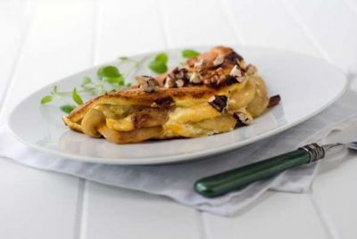 Omleta cu mere Omleta este un aperitiv la minut care se poate prepara si cu fructe. Daca iti surade ideea, incearca o omleta cu mere, cu visine sau cu alta fructa de sezon. Ingrediente: - 4 mere mijlocii, - o lingura unt, - 4 linguri faina, - 4 oua, - 2 linguri zahar,...