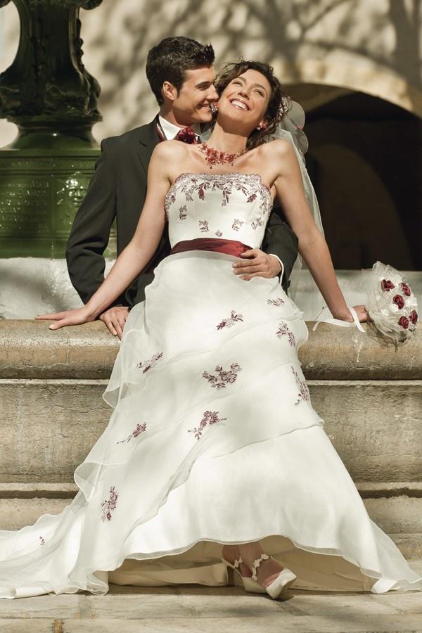Robe de mariée CASTELLANE:  Robe trapèze. Buste brodé souligné d'une ceinture de couleur. Bas de robe en volants d'organza asymétriques. Belle traine.  © 2013 Point Mariage