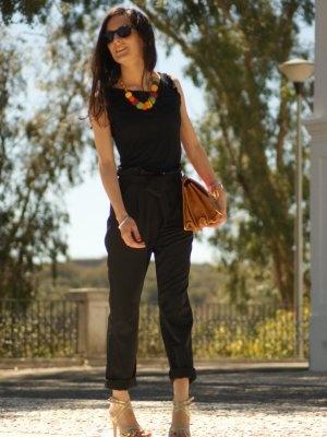 marialeon Outfit   Verano 2012. Combinar Camiseta Negra Bershka, Pantalones Negros Blanco, Tacones-Plataformas Doradas H