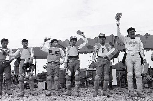 1977年全日本モトクロス、北海道・大和ルスツにて。右側から、鈴木秀明、藤 秀信、杉尾良文、竹沢正治、光安鉄美、瀬尾勝彦。