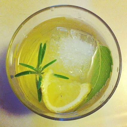 Ti consigliamo questo cocktail analcolico per un tocco di relax in più. Unisci in un bicchiere con del ghiaccio 75ml di bevanda SodaStream al gusto Limone e 75 ml di tè freddo. Completa con uno spicchio di limone, un rametto di rosmarino e una foglia di menta ed è pronto. Buon weekend!