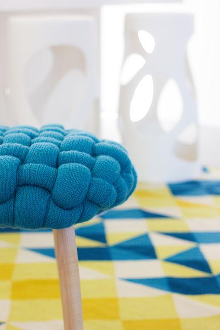 Taburete de lana con alfombra azul y amarilla | Chiralt arquitectos Valencia