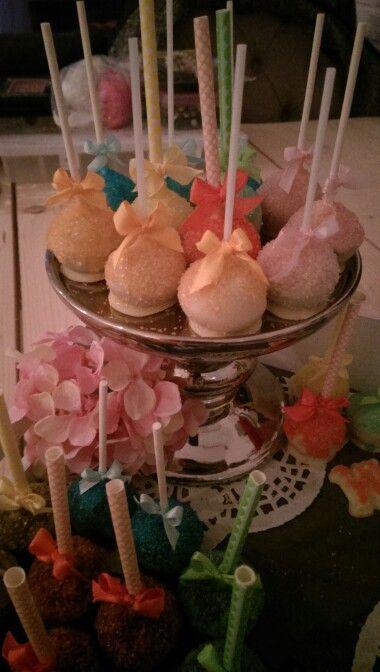 Pop-cakes! Zo leuk & Lekker!! ..  Maak ze in een cake pop machine (ik gebruik altijd gewoon mix voor boerencake) doop ze in de chocolade naar keuze.. laat de chocolade goed uitharden.. meng vervolgens poedersuiker met water voor het glazuur en meng kristal suiker met welke kleur vloeistof dan ook voor decoratie en laat deze ook goed drogen. Pak een cake pop en smeer deze in  met een kwastje een flinke klodder glazuur en strooi direct daarna de gekleurde suiker erover. Niet gaan dippen want…