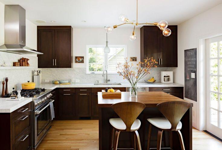 Кухня венге: эстетика аристократизма и 50 модных дизайнерских тенденций http://happymodern.ru/kuxnya-venge-46-foto-estetika-aristokratizma-i-modnaya-tendenciya/ Очень теплая кухня венге. Игра темных и светлых оттенков дерева в интерьере придает комнате толику уюта