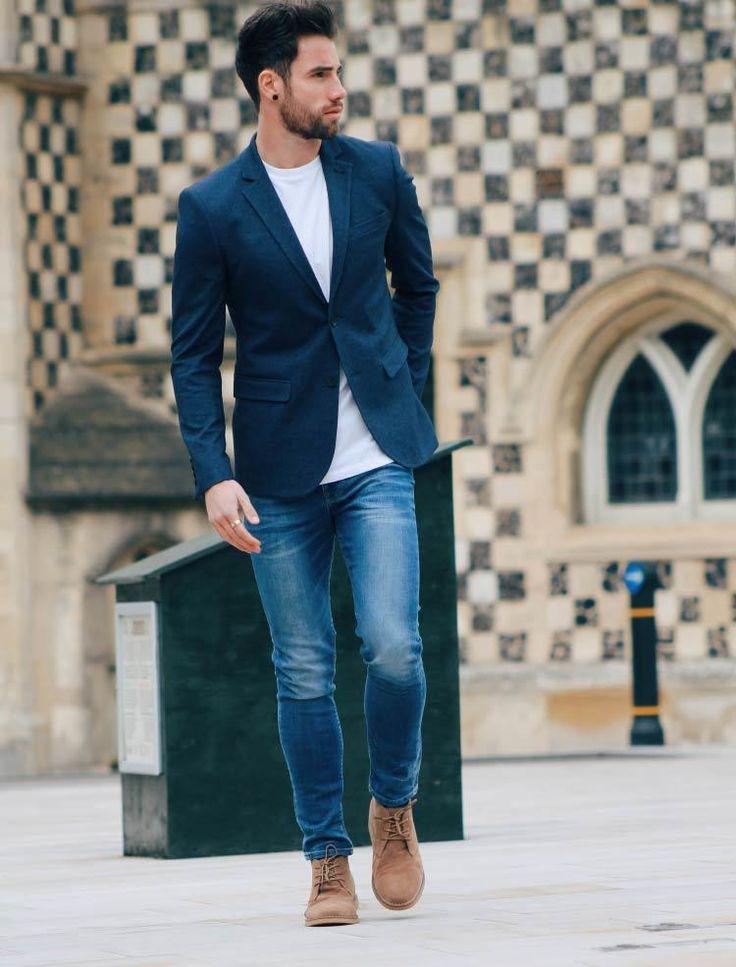 Acheter la tenue sur Lookastic: https://lookastic.fr/mode-homme/tenues/blazer-bleu-marine-t-shirt-a-col-rond-blanc-jean-bleu/21292   — T-shirt à col rond blanc  — Blazer bleu marine  — Jean bleu  — Bottines chukka en daim brunes claires