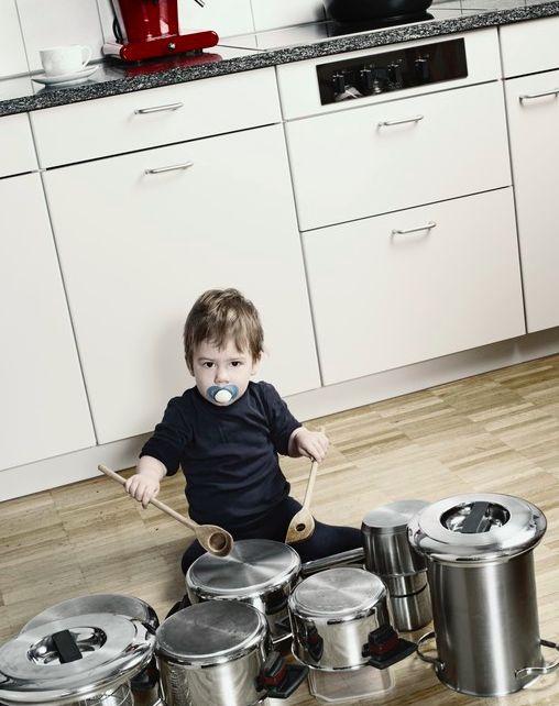 Dar um instrumento musical na mão do seu filho ajuda a estimular o desenvolvimento neurológico dele. Pesquisa mostra que aprender a tocar um instrumento na infância melhora funções cerebrais ligadas a habilidades como memória, organização e controle das emoções