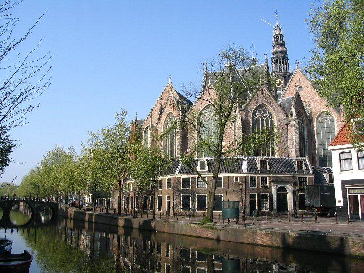 Amsterdam non smette mai di stupire. In tutti i sensi. Una chiesa nel centro del quartiere a luci rosse diventerà la sede di una fiera d'arte. Ok, finite di strabuzzare gli occhi e continuate a leggere. Oppure fatevi il segno della croce, se trovate l'idea blasfema.