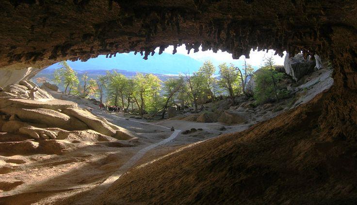 Esta fotografía nos transporta 11 mil años atrás, específicamente a la cueva del Milodón, donde vivía un herbívoro de grandes dimensiones que se extinguió a fines del pleistoceno.   Esta cueva es punto obligado si estás en la región ya que se ubica a tan sólo 24 km de Puerto Natales!