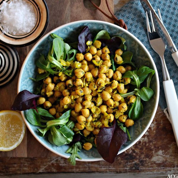 Basisoppskrift for kikertsalat som dekker hele ukens lunsjer. Lag salaten og la den godgjøre seg i kjøleskapet mens du tar av litt og litt, dag etter dag.