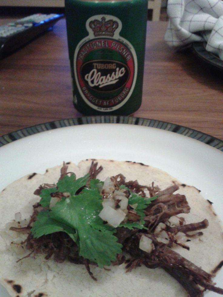 Tacos de Suadero (oksebryst/Brisket/falda de res).  Cocer la carne - freir. Servir con cebolla y pererjil crudos, limón y salsa en tortilla de maíz.