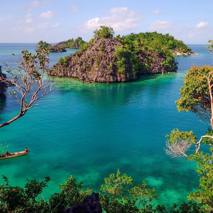"""""""Pulau Labengki atau lebih di kenal disini """"Teluk Cinta"""" karna kalo di liat dari atas gugusan pulau2 kecilnya seolah membentuk lambang """"❤️"""", coba aja…"""""""