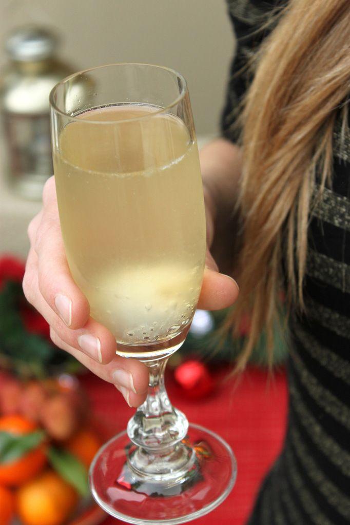 Pour Noël, nous vous avions proposé de (re-)découvrir la soupe angevine, cocktail de la région d'Angers à base de Crémant de Loire et de Cointreau, un délice qui se boit très facilement ! Pour le réveillon du jour de l'an, on a choisi de donner un coup...