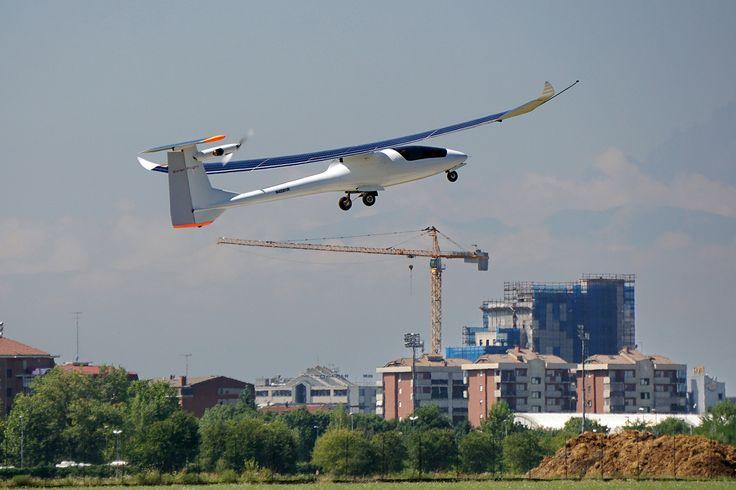 Sunseeker Duo. Swiss Tour | Gallery | Solar powered airplane - Solar Flight. Wingspan: 22 m , Empty weight: 280 kg , 20kw direct drive motor , 25kw max power , 5kw solar power , wing loading 16-20 kg/m2