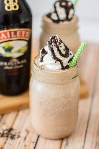 Eiskaffee mit Baileys und Schokosirup verfeinert
