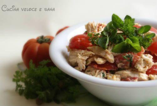Insalata di pollo e pomodori con salsa allo yogurt