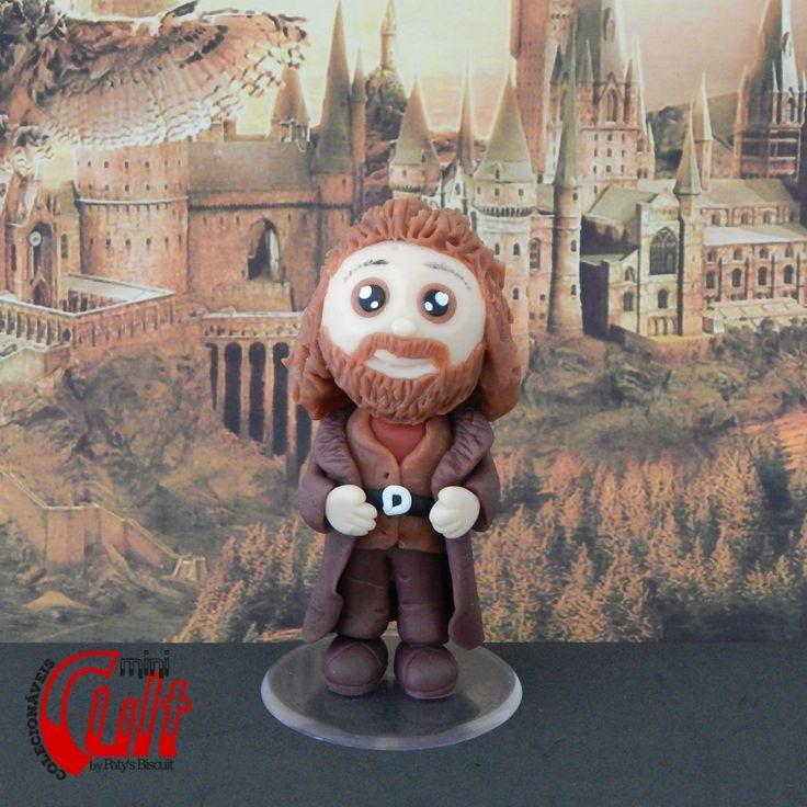 Mini Cult Rúbeo Hagrid, personagem da série Harry Potter, escrita por J. K. Rowling. <br> <br>Produto sob encomenda. Consulte prazos de produção e envio. <br>Valor unitário. <br> <br>Material: biscuit; base acrílica redonda. <br>Altura aproximada: 10cm. - cold porcelain - clay - fimo - porcelana fria - chibi - kawaii