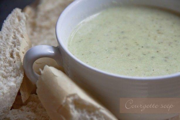 Heerlijke Courgettesoep, makkelijk te maken! smulweb recepten: Courgette-soep  2 courgettes in blokjes  2 sjalotjes fijngehakt  2 teentjes knoflook fijngehakt   200 ml crème fraîche  1 liter heet water met daarin twee blokjes opgeloste groente bouillon  1 eetlepel olijfolie  peper en zout