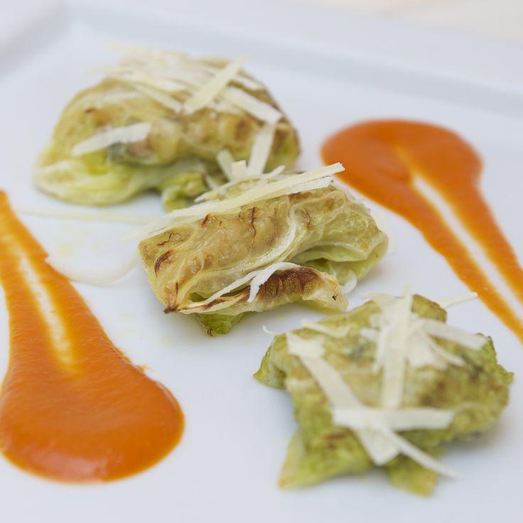 Fagottino di verza con pesce sciabola e olive di Gaeta su vellutata di pomodoro | Ristorante La Lanterna