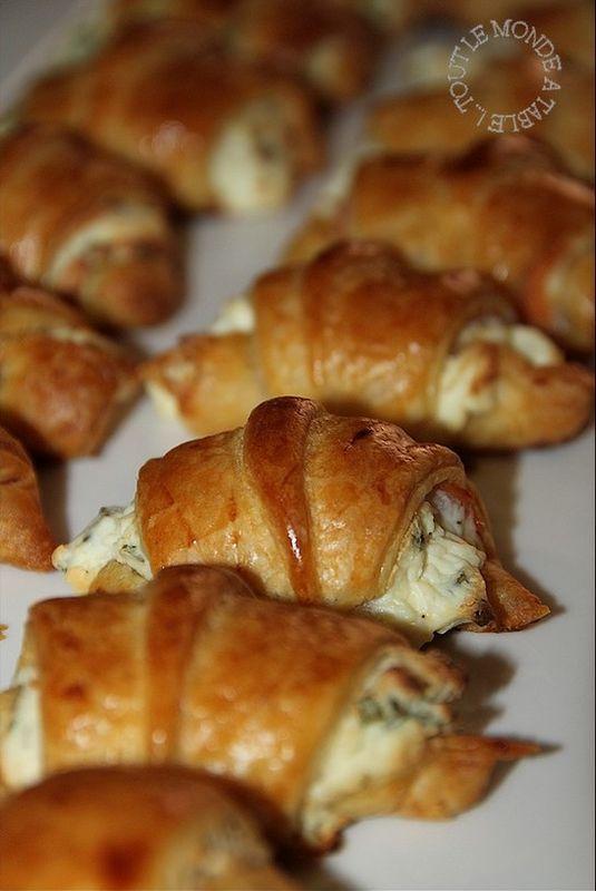 Mini croissants saumon fumé, fromage frais et ciboulette pour l'apéro - Tout le monde à table !