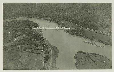 Spoorbrug van de Serajoedal Stoomtram Maatschappij over de Kali Serajoe bij Poerwaredja ten noordoosten van Banjoemas. 1920