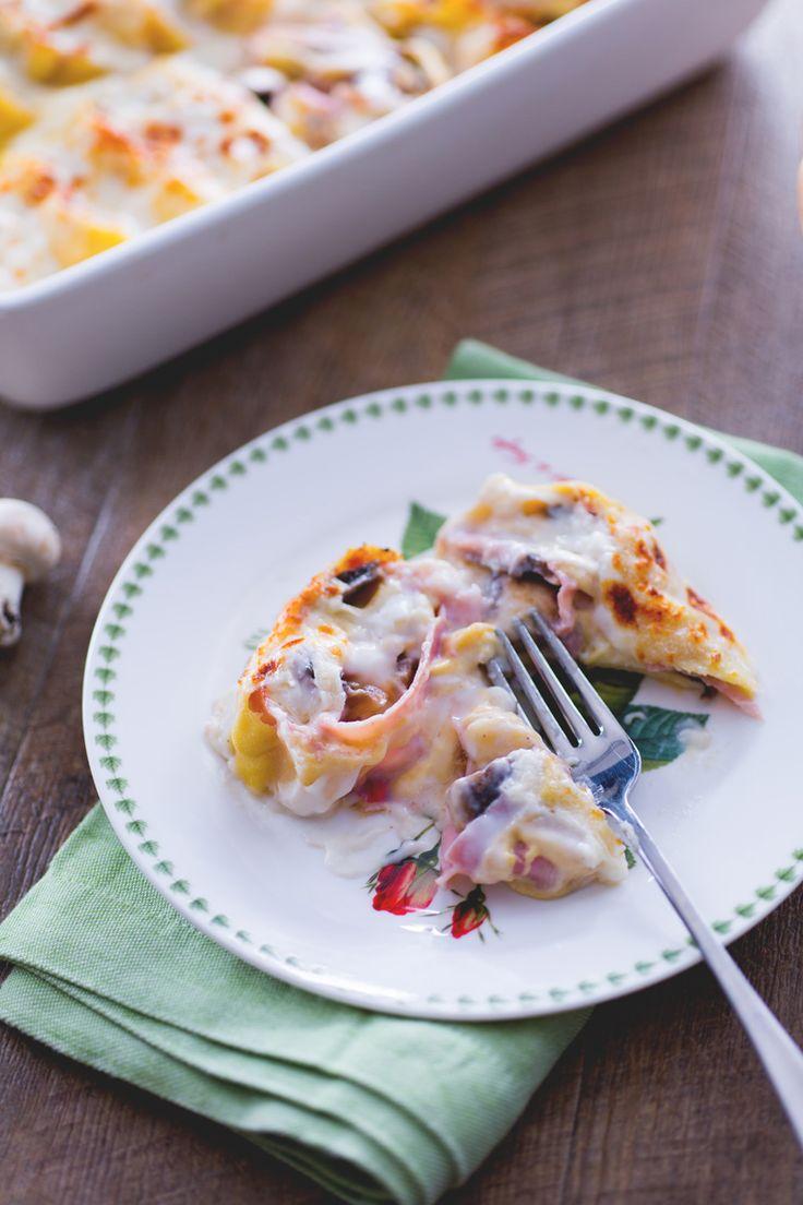 Nidi di rondine: una sfoglia di pasta fresca farcita con funghi, prosciutto e formaggi... un irresistibile piatto ricco e saporito. Fresh pasta nest with ham, mushrooms and cheese.