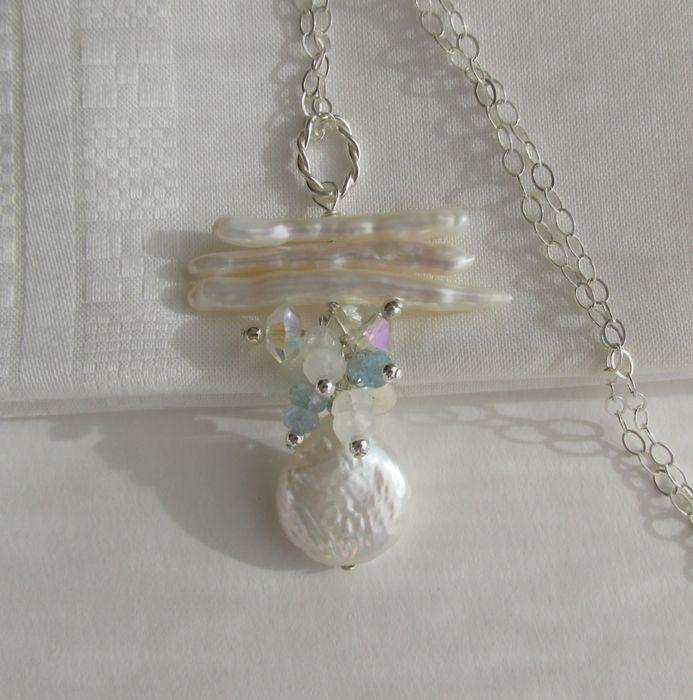 Online veilinghuis Catawiki: Zilveren collier met aquamarijn maansteen kristal en barokke kweek parels. Ketting en hanger