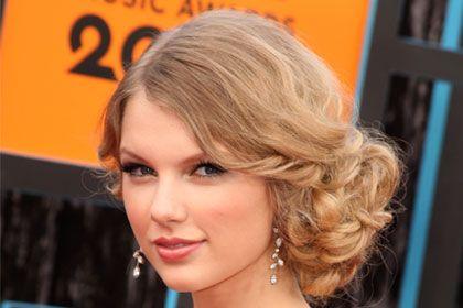 Taylor Swift, 13 Best Side-Swept Celebrity Hairstyles