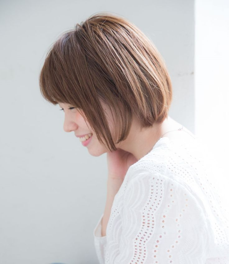 今日はまとまりが良くて上品&涼しげに見えるボブスタイルのご紹介です。 ポイントは、透け感のある前髪と、シルエット全体の毛先の軽さ。計算されたカットバランスが必須なヘアスタイルです。 おさまりが良いスタイルなので、髪のスタイリングに時間をあまりかけたくないれけど、きちんと感が欲しいお仕事の方や、ヘアアレンジに時