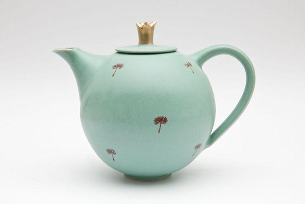 Krüge & Kannen - Teekanne mit Goldkrone - ein Designerstück von MaGoKeramik bei DaWanda