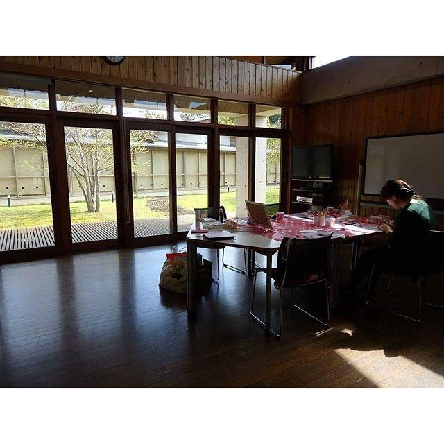 【atelier_ponopo】さんのInstagramをピンしています。 《今日の朝は肌寒かったですね〜* ・ 三木教室の様子です✨ とっても大きな窓です😌♪ ・ 写真に写るは、うさこ様🐰 いつも一緒に描いてますよ* ・ ゆったり〜っとした空間が好きです✨ ・ #パステルアート #桜 #🌸 #ポインセチア #フラワーパステリア書 #パステリア書 #かわいい #綺麗 #インテリア #絵 #兵庫県 #三木市 #加古川 #神戸市  #大人女子 #習い事 #筆文字 #趣味 #主婦 #保育士 #子連れ #クリスマス #楽しい #キラキラ #癒やし #手描き》