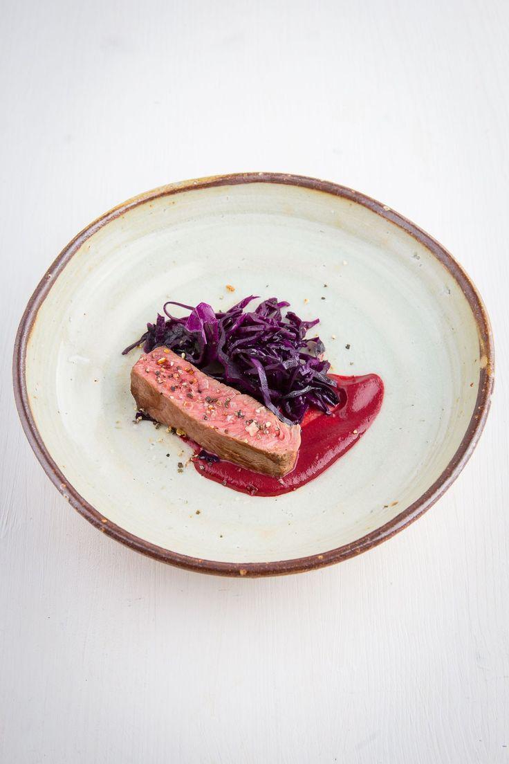 Sous-vide gegartes und in der Pfanne finalisiertes Wagyu-Ribeye, dazu Rotkohl-Salat mit Orangen und ein Rote-Bete-Knoblauch-Dip.