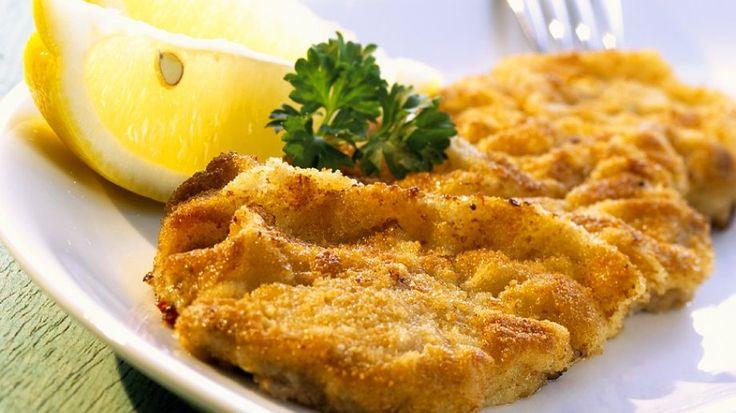 Außen knusprig, innen zart: Wiener Schnitzel | http://eatsmarter.de/rezepte/wiener-schnitzel-9
