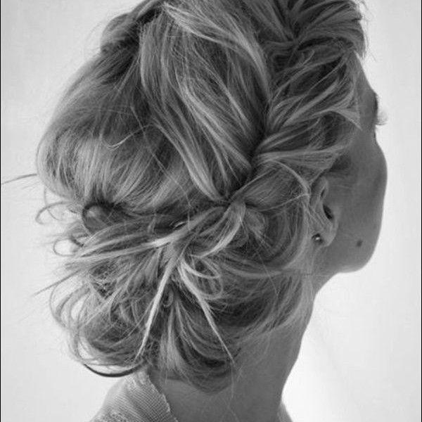 Du trenger ikke ha langt hår for å sette opp håret! Her er et kjempe fint eksempel på en enkel oppsatt frisyre. Tvinn håret i tre seksjoner, dra eller tupper tvinningen og fest den med flis