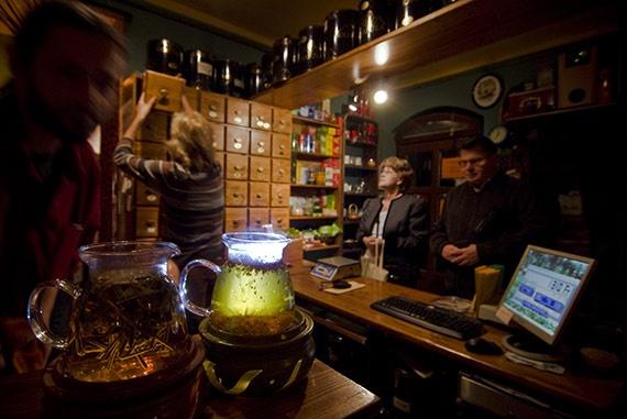 """a Budapest belvárosában található """"1000 tea"""" teázó vezetője többtucatnyi teafüvet egyenesen Kínából hozat"""