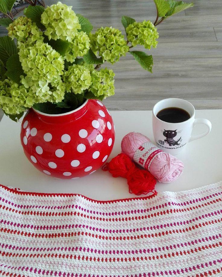 En toen was het tijd voor koffie   #hema #haken #crochet #crocheting #hakenisleuk #hakeniship #kleur #kleurrijk #colorful #häkeln #hakeln #flowers #bloemen #sneeuwbal #siepie #jipenjanneke #handmade #handgemaakt #deken #crochetblanket #cotton #katoen #garen #yarn #hemagaren by freubel